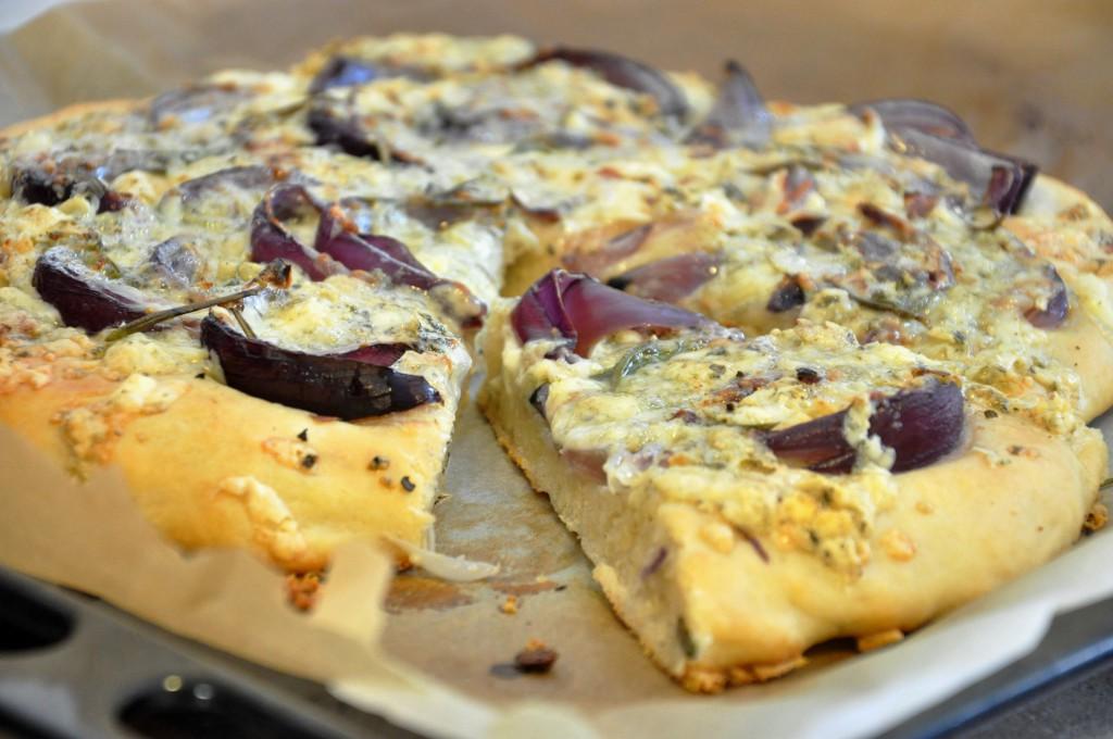 Schiacciata s červenou cibulí a gorgonzolou