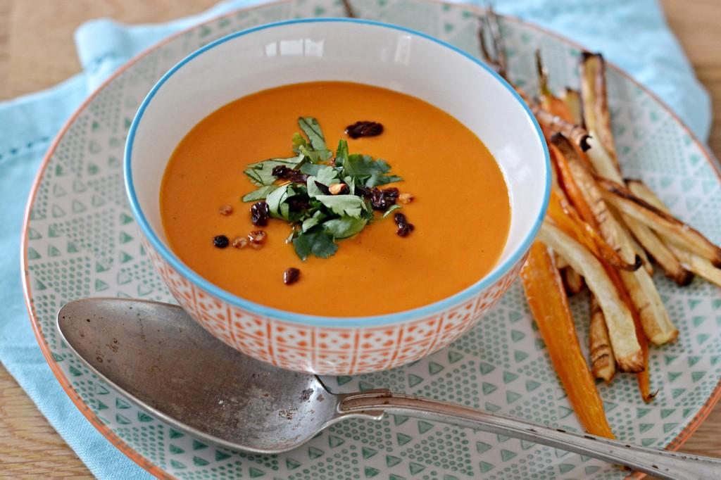 Rajčatová polévka s kokosovým mlékem a se zeleninovými hranolky