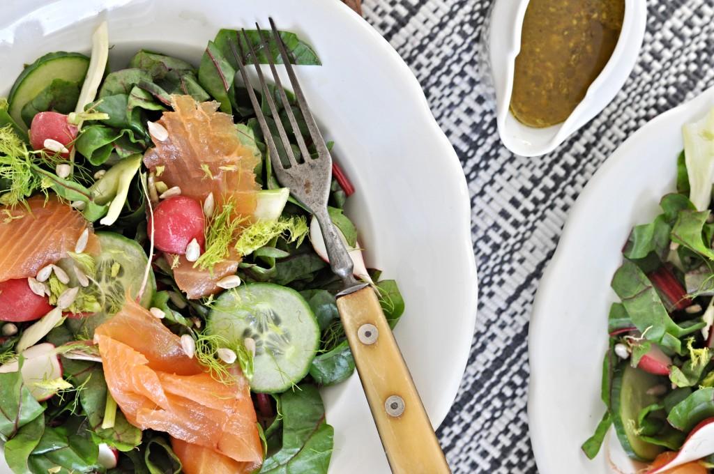 Letní salát, mladý mangold, ředkvičky a uzený losos