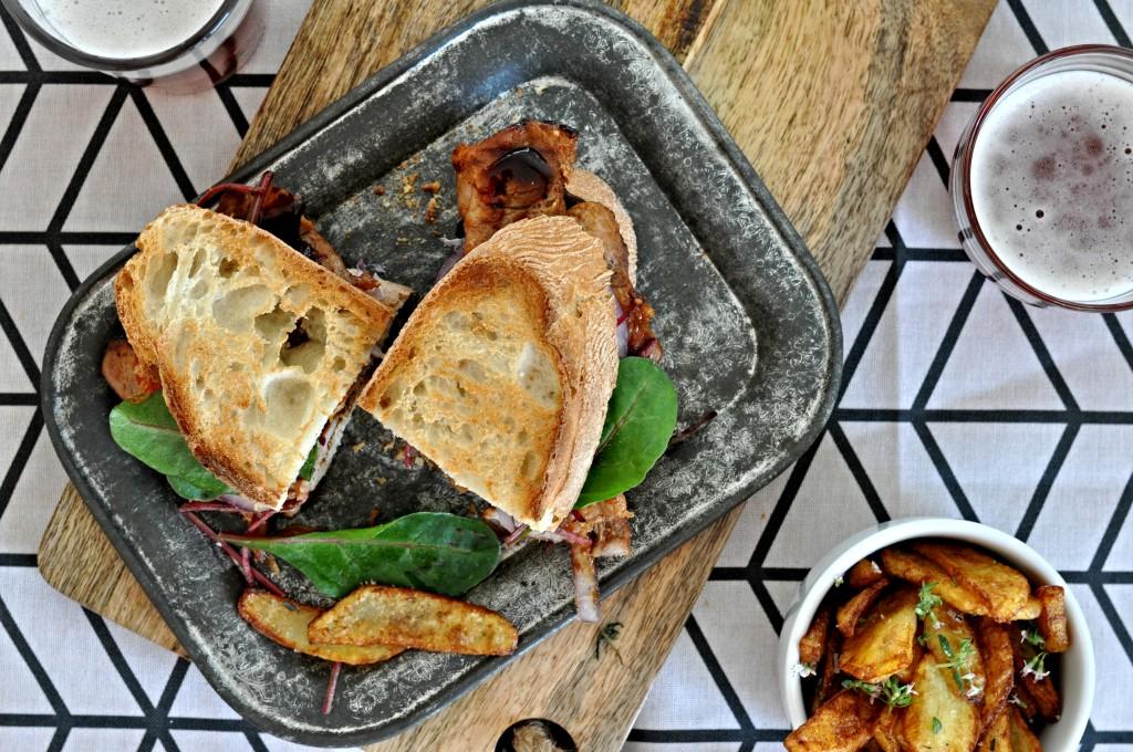 BBQ sendvič, domácí hranolky