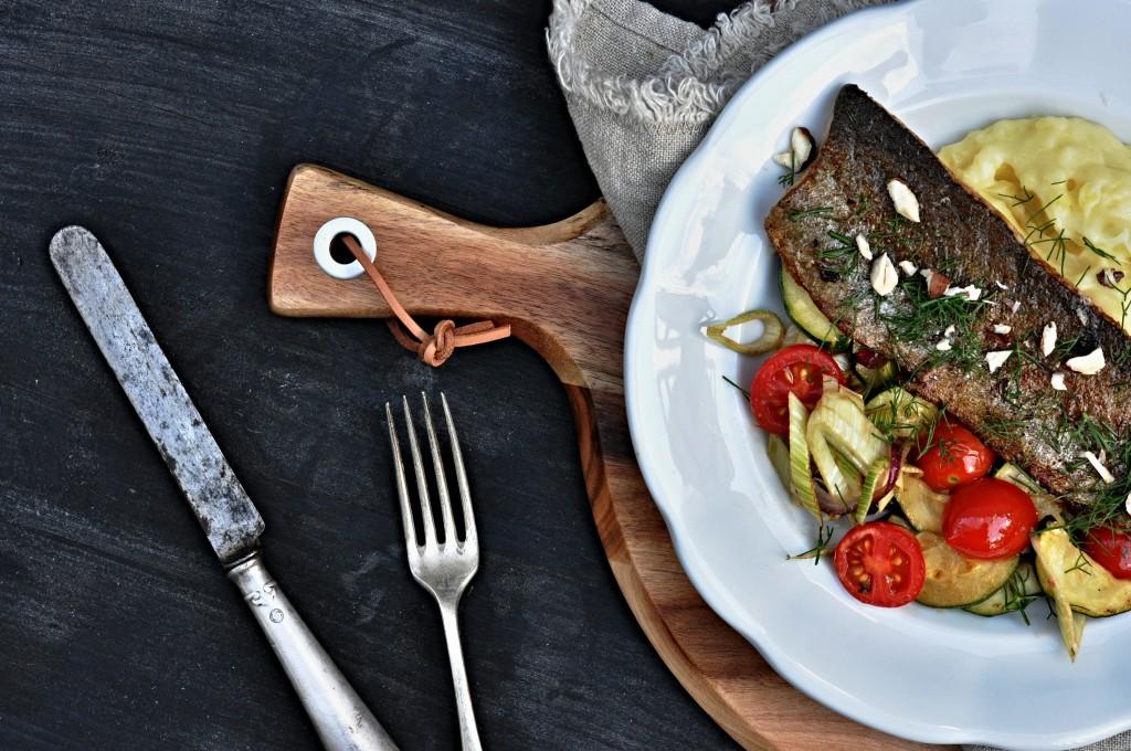 Filet ze pstruha s česnekovou bramborovou kaší a letní zeleninou
