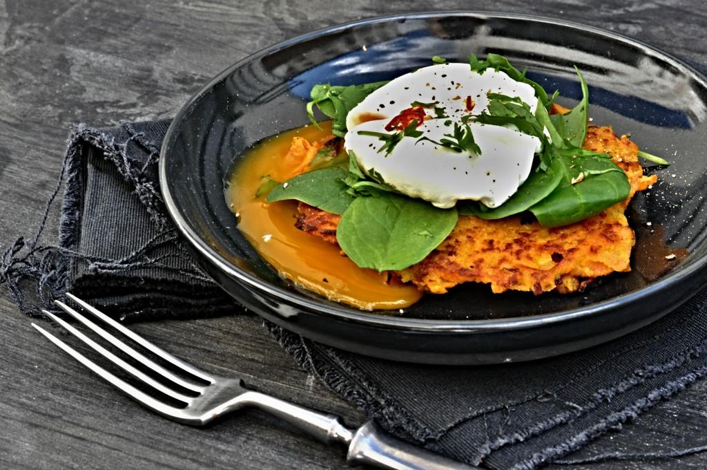 Skvělý recept na snídani. Batátové placičky se ztraceným vejcem
