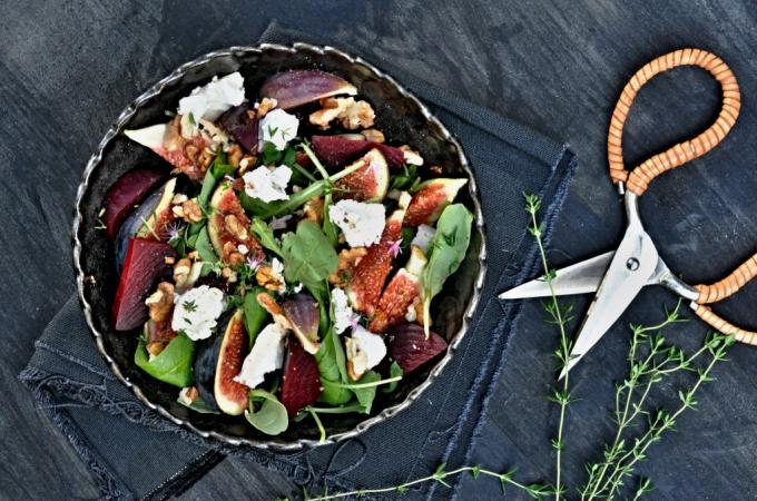 Salát s čerstvými fíky a kozím sýrem