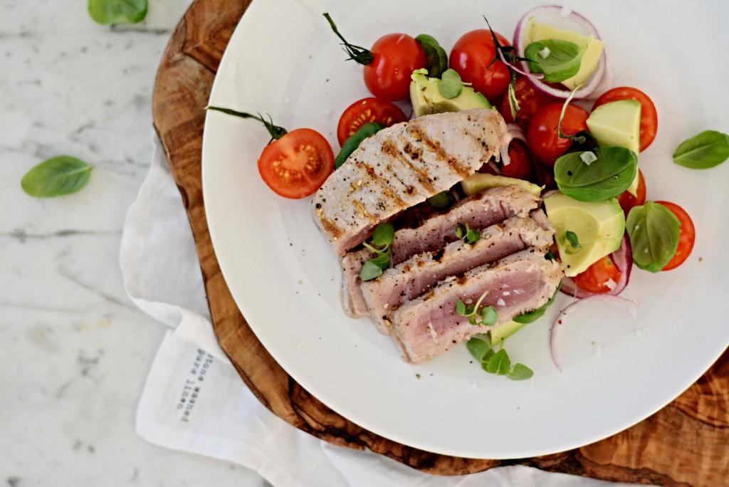 Grilovaný tuňák se salátem z avokáda